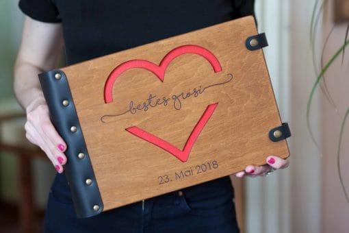 Gästebuch Hochzeit aus Holz mit Gravur - Herzblick