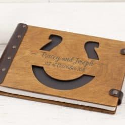 Gästebuch Hochzeit aus Holz mit Gravur - Hufeisen