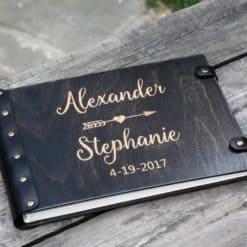 Gästebuch Hochzeit aus Holz mit Gravur - Liebespfeil