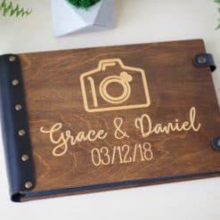 Vintage Fotoalbum aus Holz mit Gravur - Fotoapparat hell