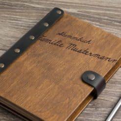 Stammbuch aus Holz mit Gravur - Handschrift
