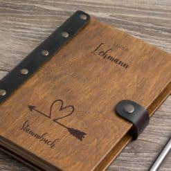 Stammbuch aus Holz mit Gravur - Herzenspfeil